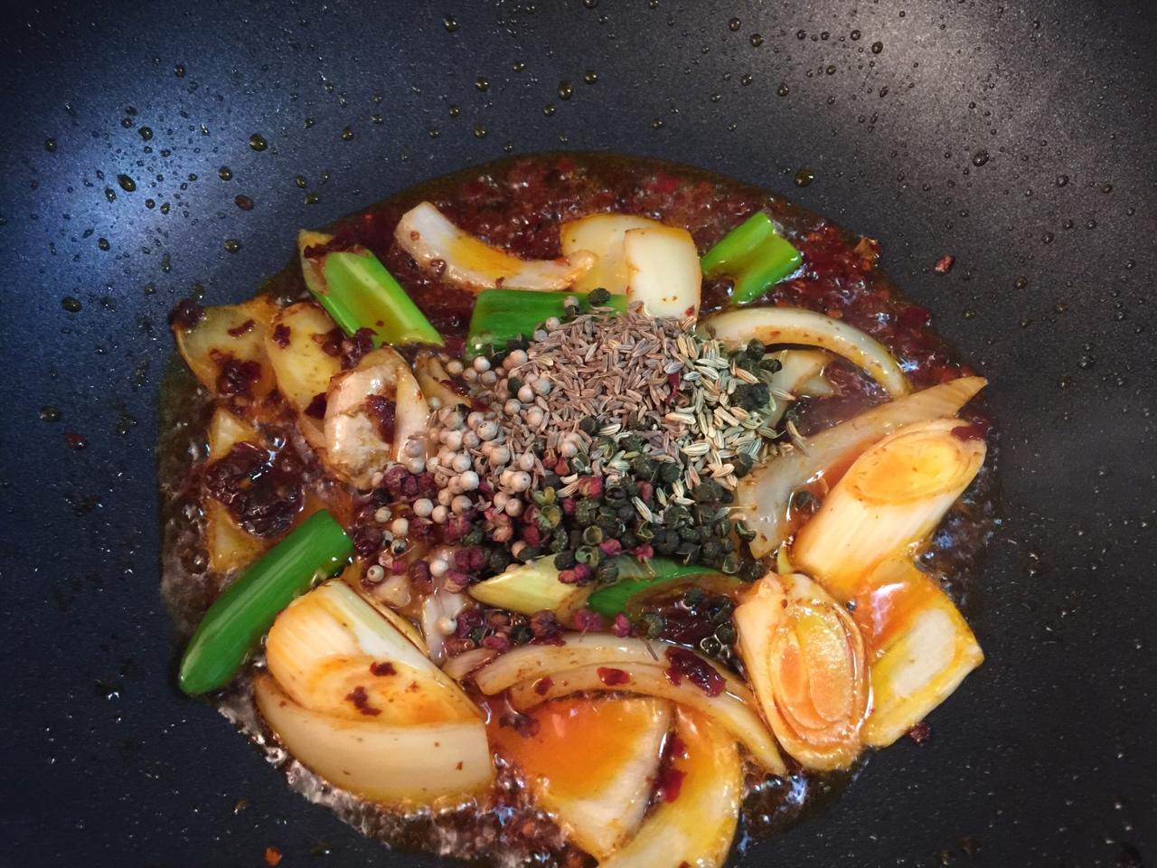 堂妈教你做红汤羊蝎子火锅的做法 步骤14