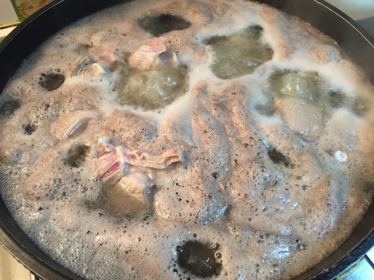 堂妈教你做红汤羊蝎子火锅的做法 步骤3