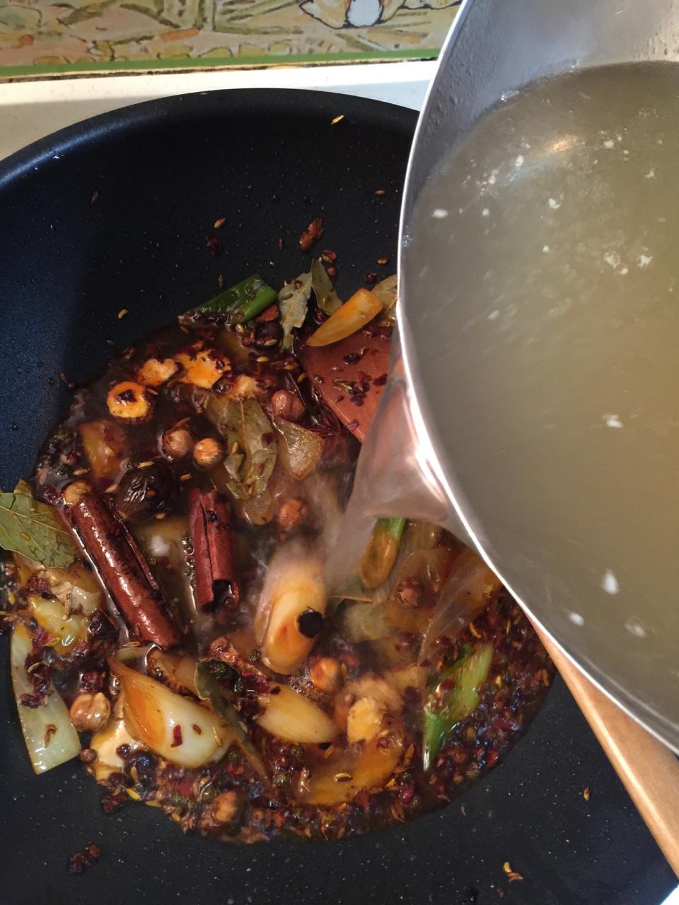 堂妈教你做红汤羊蝎子火锅的做法 步骤17