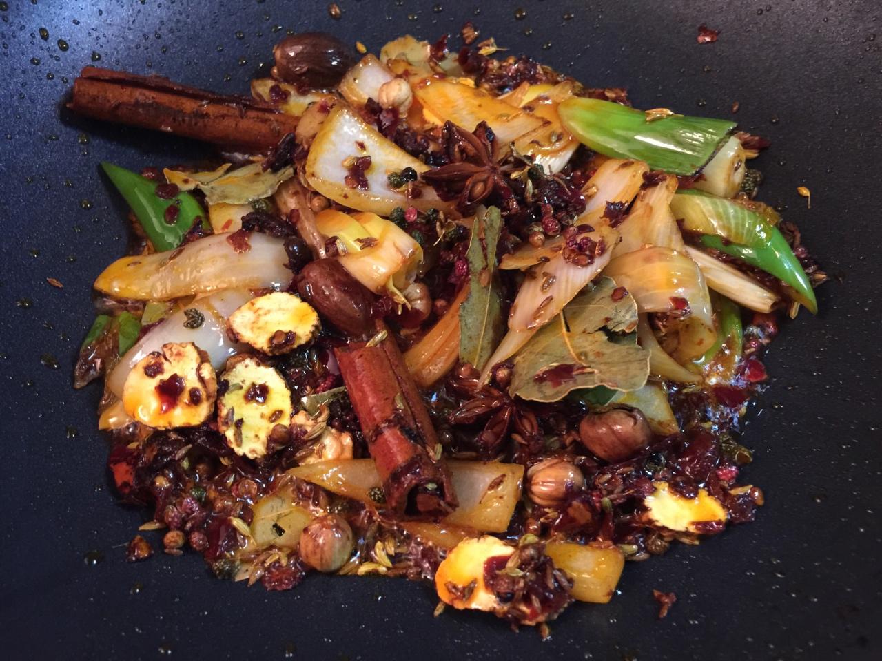 堂妈教你做红汤羊蝎子火锅的做法 步骤16